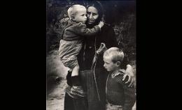 Η μάνα στην ελληνική παράδοση – Οι στίχοι για την αγάπη προς το παιδί της